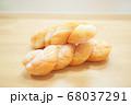 ベーカリー ツイストドーナツ パン ねじりパン 揚げパン テーブル 木目 素朴 自然 68037291