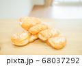 ベーカリー ツイストドーナツ パン ねじりパン 屋内 テーブル 木目 素朴 自然 リビング 68037292