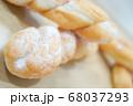 ツイストドーナツ アップ ぼかし ナチュウラル 自然 雑誌 木目 背景 パン屋 68037293
