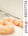 ドーナツ リング ツイスト 上 スペース 余白 縦 背景 白 グレー キッチン 台所 手作り お菓子 68037726