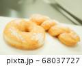 ドーナツ リング ツイスト 背景 白 グレー キッチン 台所 手作り お菓子 昭和 おやつ 68037727