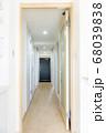 リフォーム 後 玄関 マンション 廊下 不動産 投資 資産 開き 戸 扉 白 クロス 床 壁紙 照明 68039838