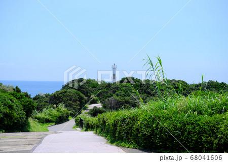 遊歩道の先に見える薩摩長崎鼻灯台の最南端 68041606
