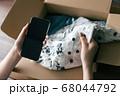 洋服を送る女性 68044792