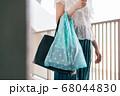 エコバッグを持ち歩く女性 68044830