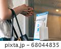 アルコール消毒液を使う女性 68044835