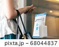 アルコール消毒液を使う女性 68044837