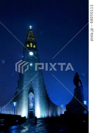 夜の雨の中のハットルグリムス教会 68050113