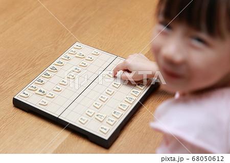 将棋の対局をする女の子 68050612