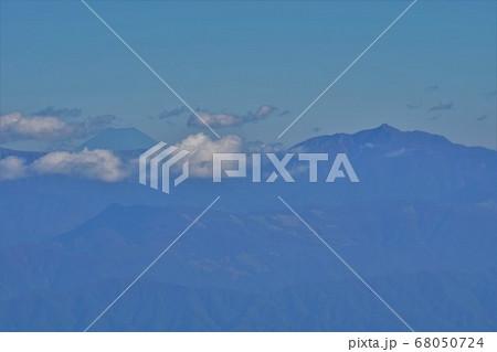 中央アルプスからの塩見岳と富士山 68050724