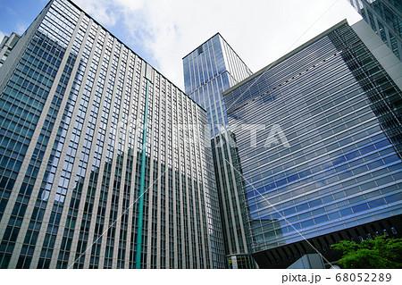 東京駅近くにある丸の内中央ビルと丸の内トラストタワーN館 68052289
