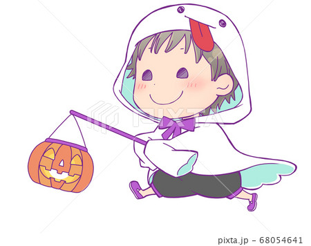 ジャックオランタンを持って歩くハロウィン仮装の男の子_ゴースト 68054641