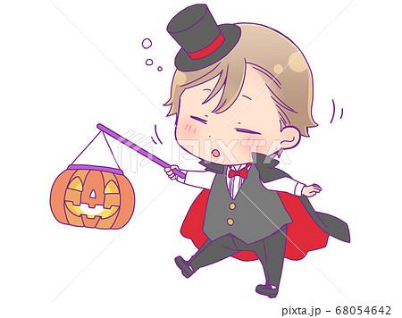 眠そうに歩くハロウィン仮装の男の子_吸血鬼 68054642