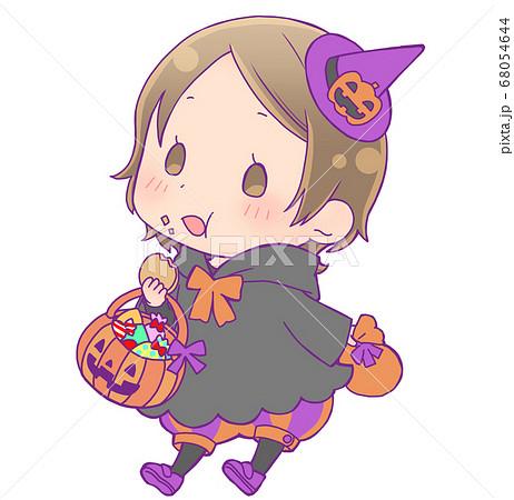 お菓子を食べているハロウィン仮装の女の子_魔女 68054644