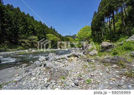 新緑の御岳渓谷 青空、多摩川の清流と河原 68056969