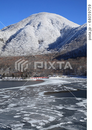 金時の様な大沼の氷と樹氷を被った赤城山 68059759