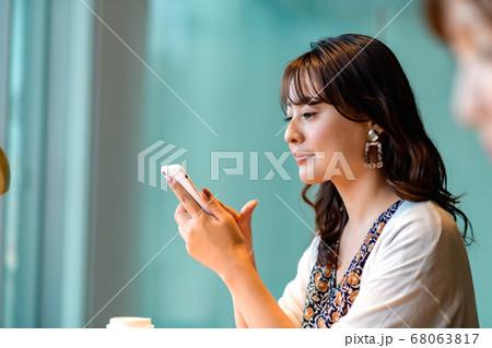 オフィスでスマホを操作する女性のライフスタイルイメージ 68063817