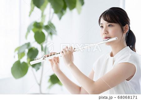 フルート吹く若い女性 68068171