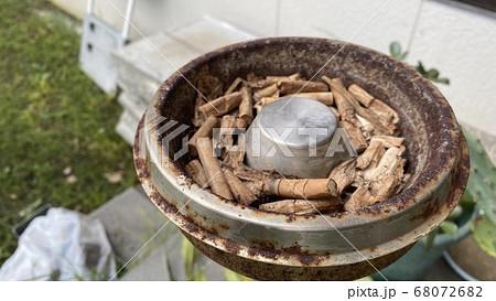 手巻きたばこの火を消す。吸い殻と灰皿クローズアップ 68072682