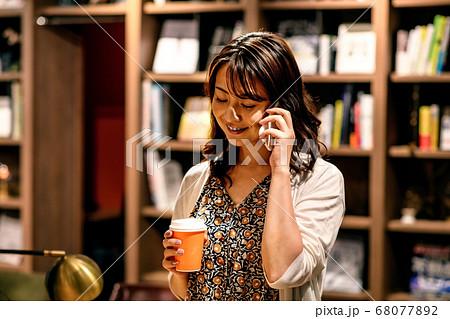 オフィスで電話するビジネスウーマン (カジュアル) 68077892