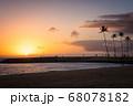 ヤシのシルエットと夕焼け(ハワイ・マジックアイランド) 68078182