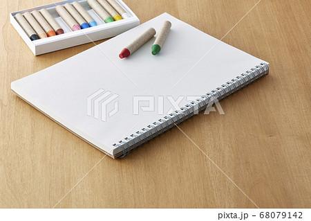 クレヨン (12色  カラー 子育て 育児 趣味 芸術 知育 美術 コピースペース) 68079142
