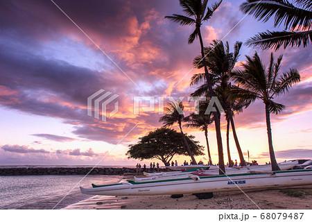 ハワイの夕焼け(カハナモクビーチ) 68079487