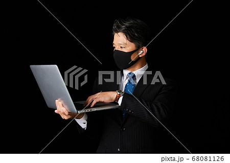 ノートパソコンを持つミドルビジネスマン 68081126