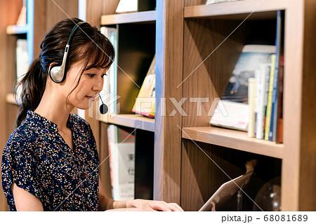 オフィスでチャットするテレワーク中のオペレーター 68081689