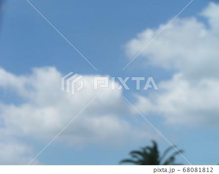 梅雨明けの日の青空と白い雲 68081812