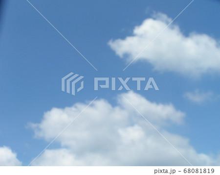 梅雨明けの日の青空と白い雲 68081819