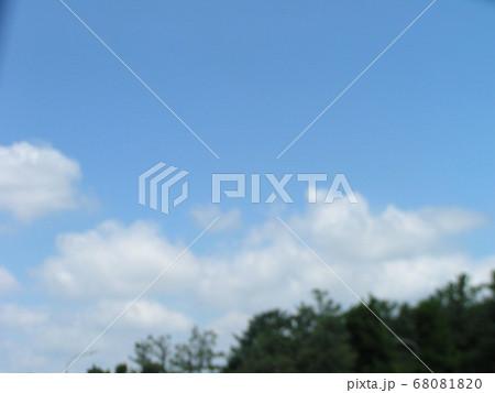 梅雨明けの日の青空と白い雲 68081820