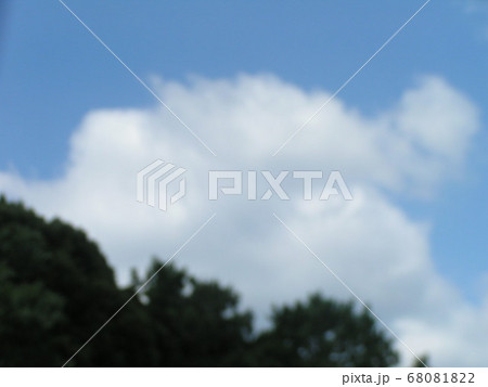 梅雨明けの日の青空と白い雲 68081822