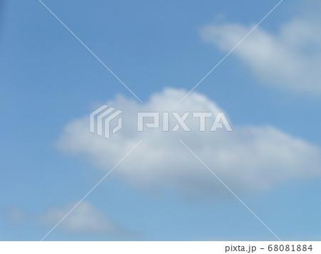 梅雨明けの日の青空と白い雲 68081884