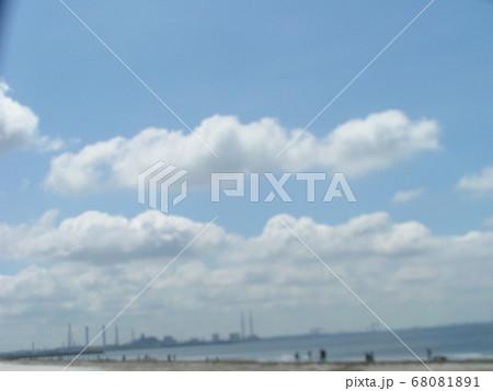 梅雨明けの日の青空と白い雲 68081891
