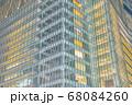 高層ビルの窓 68084260