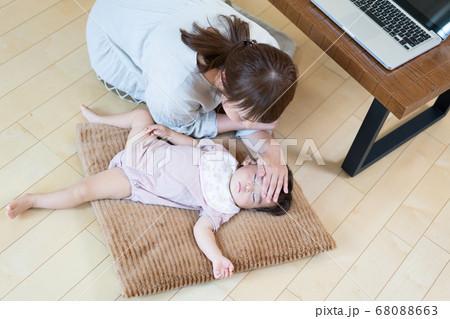 テレワーク中子供の様子が気になる母親 68088663