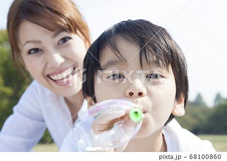 シャボン玉で遊ぶ母子 68100860