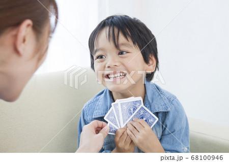 トランプで遊ぶ親子 68100946