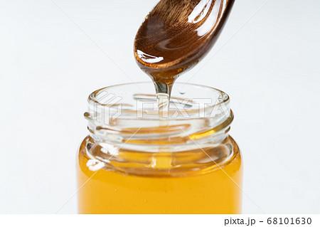 蜂蜜をスプーンですくう 68101630