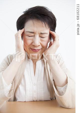 頭痛のシニア女性 68102211