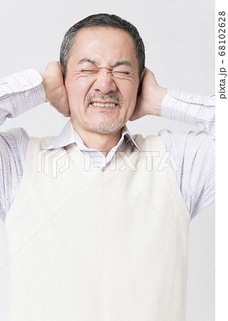 耳鳴りがするシニア男性 68102628