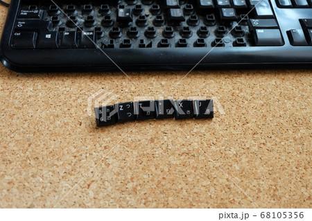 キーボードのキーで言葉をつくる 68105356