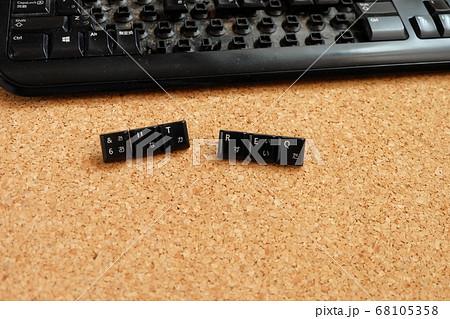 キーボードのキーで言葉をつくる 68105358