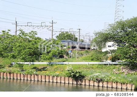 埼玉県蓮田市の元荒川付近を走行するE231系電車 68108544