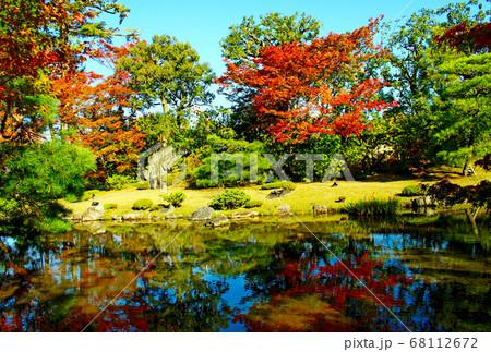 【京都】秋の無鄰菴 紅葉が鮮やかな庭園 68112672