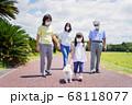 マスクをして散歩をする家族 68118077