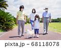 マスクをして散歩をする家族 68118078