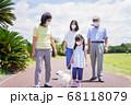マスクをして散歩をする家族 68118079