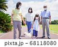 マスクをして散歩をする家族 68118080